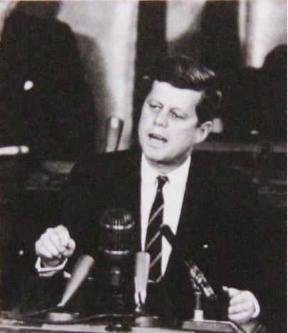 Президент США Джон Ф. Кеннеди объявляет о начале программы по высадке человека на Луну. 25 мая 1961 года