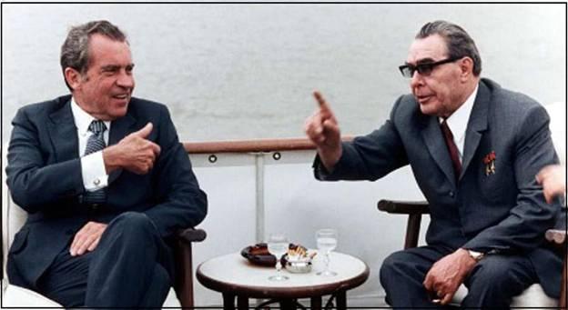 Генеральный секретарь ЦК КПСС Л.И. Брежнев (справа) – советский творец политики разрядки с президентом США Р. Никсоном